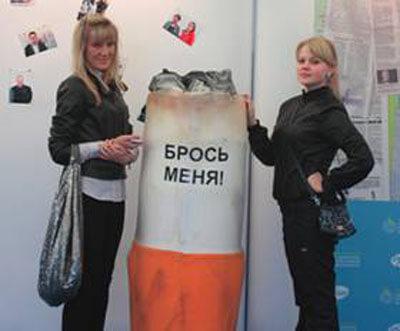 Visitors at Pfizerýs interactive smoking cessation exhibit